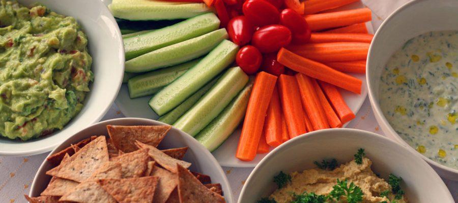 gvakamolė, humusas, tzatziki - dažiniai daržovių lazdelėms ir traškučiams