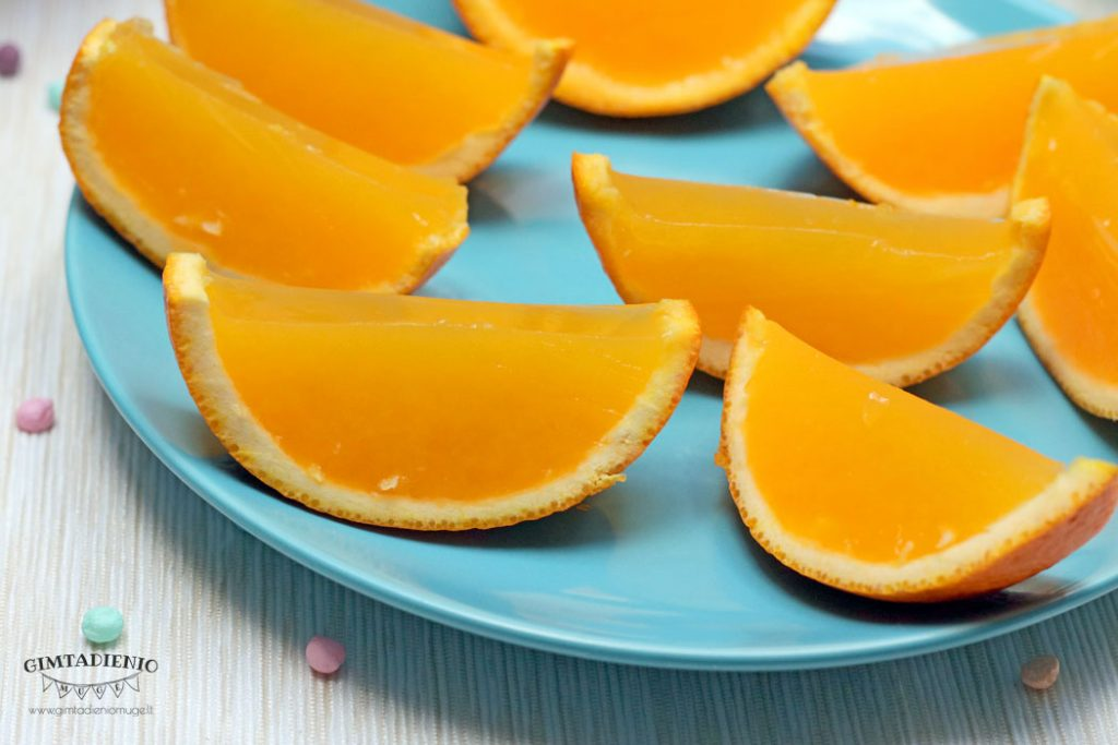 želė apelsinų skiltelėse greitas desertas vaikų gimtadieniui