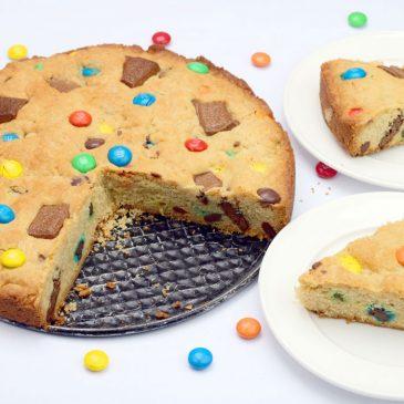 pyragas vaiko gimtadieniui su m&m's ir šokolado gabaliukais