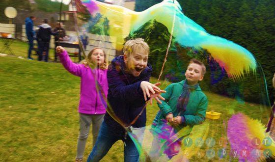 vaikų gimtadienis su muilo burbulais