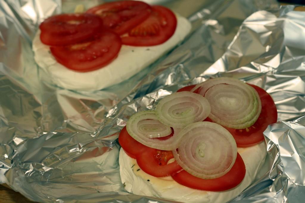 Ant varškės sūrio dedame pomidorus