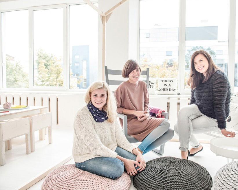 Nuotraukoje (iš kairės į dešinę) Basos pievos auklėtoja Inga, įkūrėja Dorotėja Vaisova, dizainerė Gabija Pažarskytė