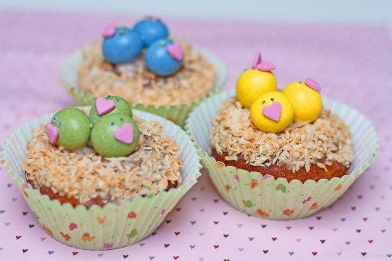keksiukų dekoravimas pavasario šventei paukščiukai lizde pavasariški keksiukai keksiukai velykoms gimtadienio mugė