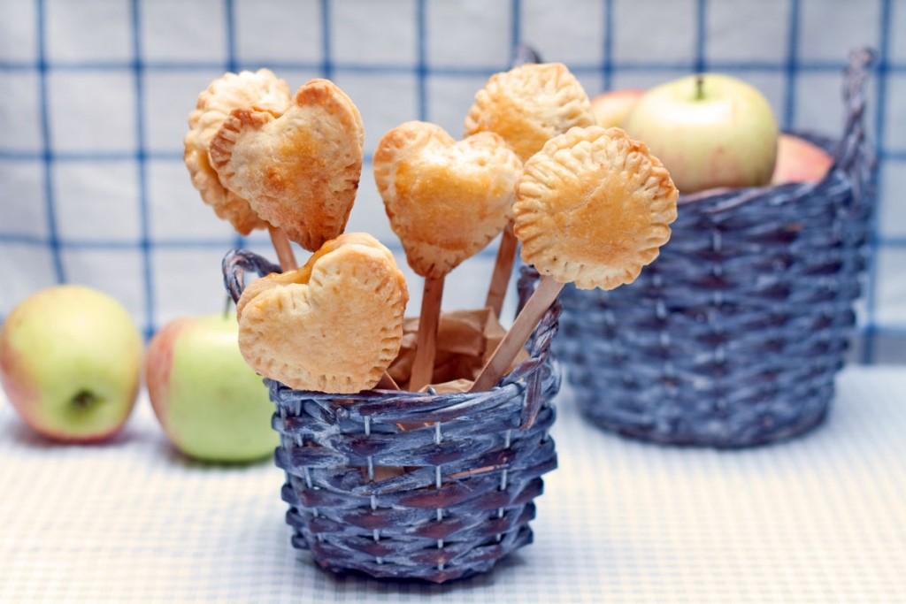 pyragėliai su obuoliais ant pagaliuko