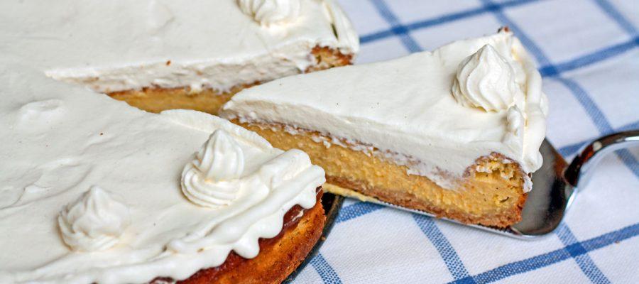moliūgų sūrio pyragas lipa ant torto pakylos