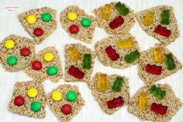 sezamo trapučiai su trispalviais saldainiais arba kovo 11-osios saldumynai