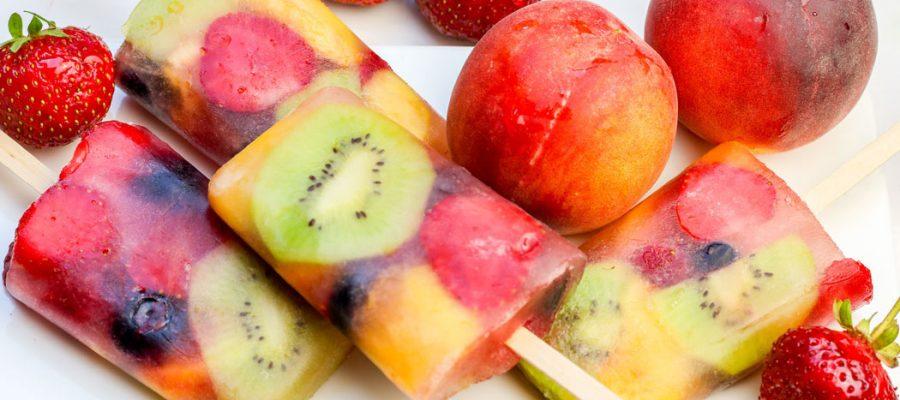 sveiki naminiai ledai arba vaisių salotos ledų indelyje
