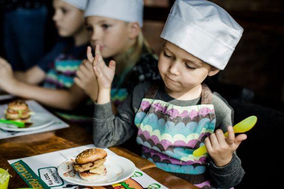 vaikų gimtadienis burgerių gaminimas