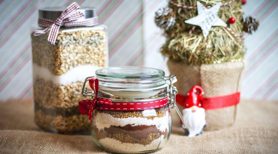 2 receptai greitoms kalėdinėms dovanoms pyragas ir avižiniai sausainiai stiklainyje