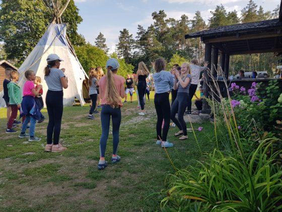 vasaros stovykla vaikams gamtoje su nakvyne